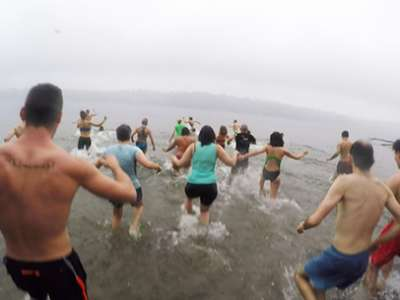 Students, staff and faculty run into Lake Washington for Splash N' Dash 2016